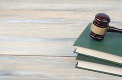 3d背景概念例证查出的法律回报了白色 在桌上的木法官惊堂木在法庭或执行办公室 免版税库存图片