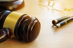 3d背景概念例证查出的法律回报了白色 在法庭判断惊堂木和玻璃在一张木书桌上 免版税库存图片