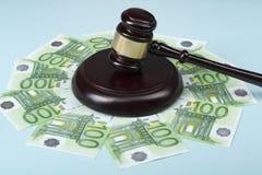 3d背景概念例证查出的法律回报了白色 在腐败的艺术性的概念在社会 判断惊堂木和现金金钱在木桌上 免版税库存图片