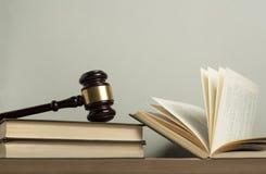 3d背景概念例证查出的法律回报了白色 有法律书籍的木法官惊堂木在桌上在法庭或执行办公室 库存图片