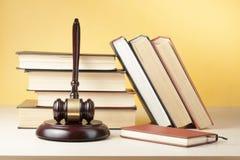 3d背景概念例证查出的法律回报了白色 预定与在桌上的木法官惊堂木在法庭或执行办公室 库存照片