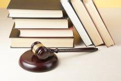 3d背景概念例证查出的法律回报了白色 预定与在桌上的木法官惊堂木在法庭或执行办公室 库存图片