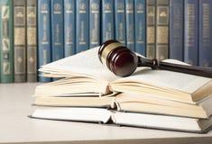 3d背景概念例证查出的法律回报了白色 预定与在桌上的木法官惊堂木在法庭或执行办公室 免版税图库摄影