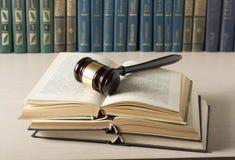 3d背景概念例证查出的法律回报了白色 预定与在桌上的木法官惊堂木在法庭或执行办公室 免版税库存照片