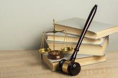 3d背景概念例证查出的法律回报了白色 有正义法律书籍、标度在桌上在法庭或执行办公室的木法官惊堂木 库存照片