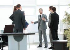 3d背景镜象人寿保险业白色 企业队谈论一个新的经营计划在mod 免版税库存图片