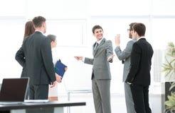 3d背景镜象人寿保险业白色 谈论企业的队一个新的经营计划下t 免版税库存图片