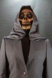 3d背景黑色人力图象回报了头骨 万圣夜天或中元节,在衣服的鬼魂 库存照片