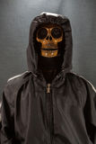3d背景黑色人力图象回报了头骨 万圣夜天或中元节,在衣服的鬼魂 图库摄影