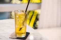 3d苹果苹果概念性下跌的食物玻璃图象汁液自然透明 图库摄影