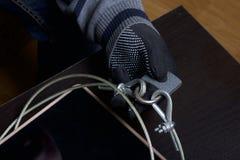 3d计算机例证监控程序证券 通入的保护对数据的 片剂受安全缆绳和锁的保护 与手套t的一个攻击者 库存照片
