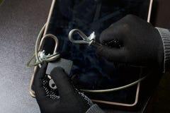 3d计算机例证监控程序证券 通入的保护对数据的 片剂受安全缆绳和锁的保护 与手套t的一个攻击者 免版税图库摄影