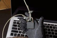3d计算机例证监控程序证券 通入的保护对数据的 膝上型计算机受安全缆绳和锁的保护 与手套t的一个攻击者 图库摄影