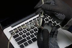 3d计算机例证监控程序证券 通入的保护对数据的 膝上型计算机受安全缆绳和锁的保护 与手套t的一个攻击者 库存照片