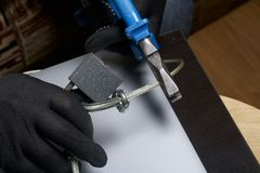 3d计算机例证监控程序证券 通入的保护对数据的 膝上型计算机受安全缆绳和锁的保护 与手套t的一个攻击者 免版税库存图片