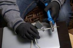 3d计算机例证监控程序证券 通入的保护对数据的 膝上型计算机受安全缆绳和锁的保护 与手套t的一个攻击者 免版税图库摄影