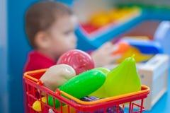 3d购物车被生成的图象购物 果子和 库存图片