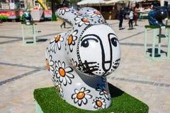 3D野兔或兔子的大灰色雕象,绘与雏菊,画被白色枪口 美丽的艺术复活节装饰 Kyiv Ki 库存照片