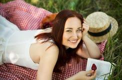 D'été de jour jeune fille dehors lisant un livre dans le jardin Photos stock