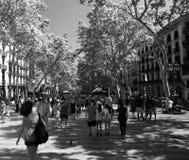 D'été de vue une La Rambla vers le bas à Barcelone Espagne photo libre de droits