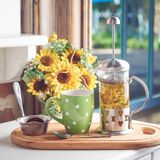 D'été toujours une vie agréable Infusion de tisane avec des cookires dans un café devant le bouquet de fleur photo stock