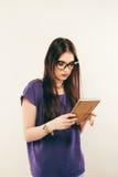 D'étudiant de fille livre de lecture attentivement, l'espace libre Portrait de jeune femme en verres studing soigneusement le mat Photo stock