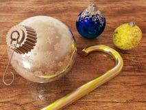 3D übertragen vom Blau-, Silber- und Goldfeiertagsdekorationsflitter mit Zuckerstange Stockbild