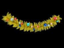 3d übertragen von einer schönen goldenen Weihnachtskranzdekoration auf schwarzem Hintergrund Stockbild