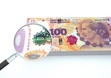 3D übertragenes Argentinien-Geld mit Vergrößerungsglas forschen Währung auf weißem Hintergrund nach Stockbild