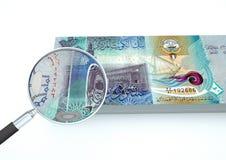 3D übertragenes neues kuwaitisches Geld mit dem Vergrößerungsglas forschen Währung lokalisiert auf weißem Hintergrund nach Stockfotos
