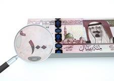 3D übertragenes neues Saudi-Arabien Geld mit dem Vergrößerungsglas forschen Währung lokalisiert auf weißem Hintergrund nach Stockbild