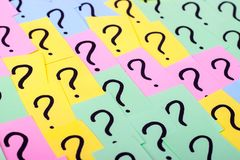 3d übertrug Abbildung Bunte Papieranmerkungen mit Fragezeichen Figürchen, die auf dem Recht und dem Rest auf einem nahaufnahme Lizenzfreies Stockfoto