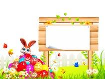 Osterhase Browns, der auf dem Stapel der Eier sitzt Stockbild