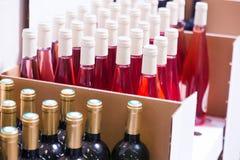 3d разливает модельное белое вино по бутылкам Стоковые Фотографии RF