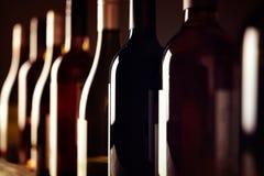 3d разливает модельное белое вино по бутылкам стоковые изображения rf