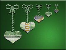 3-D сердца денег вися на смычках с зеленой предпосылкой Стоковые Фотографии RF