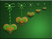 3-D сердца яркого блеска вися на смычках с зеленой предпосылкой Стоковые Фотографии RF
