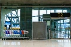 D2到来乘客的门新曼谷国际机场的 免版税库存图片