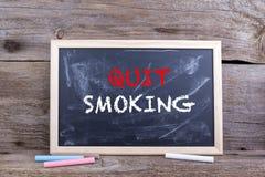 3d离开被回报的反图象抽烟 在黑板的文本 免版税库存图片