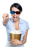 3D玻璃的女孩观看电影用玉米花的 免版税库存照片