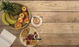 3d翻译咖啡具用一些果酱和面包和果子早餐在木桌上 免版税库存照片