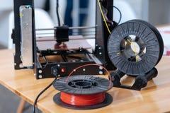 3D说谎在桌上的打印机细丝 图库摄影