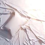 3d представляют белую подушку на листе мяты Белье доброе утро модель-макет бесплатная иллюстрация