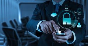 商人手与挂锁的展示3d机动性 免版税库存图片