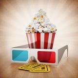 玉米花、3D玻璃和戏院票在葡萄酒背景 免版税库存图片