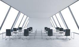 一个明亮的现代露天场所的工作场所向高处发射办公室 白色桌和黑椅子 白色拷贝空间在全景窗口里 3d 库存照片