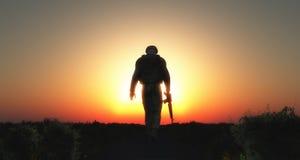солдат 3D идя на заход солнца Стоковое Фото