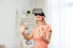 虚拟现实耳机或3d玻璃的妇女 库存照片