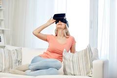 虚拟现实耳机或3d玻璃的妇女 免版税库存图片
