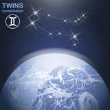 与星和行星地球的孪生星座在与光和大气的3d 免版税图库摄影